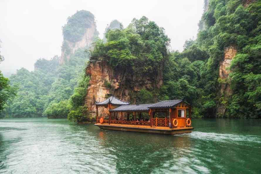 ทะเลสาบเป่าเฟิงหู (Baofeng Lake) แหล่งท่องเที่ยวเมืองจางเจียเจี้ย